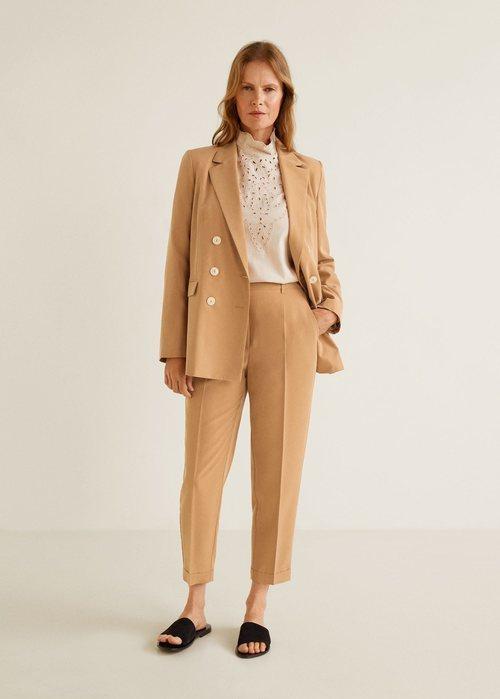 Modelo luciendo un traje de Mango 2019