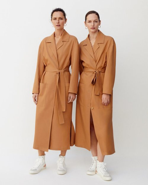 Modelos con una gabardina color tierra de Mango 2019
