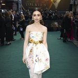 Lily Collins con un vestido estampado de flores