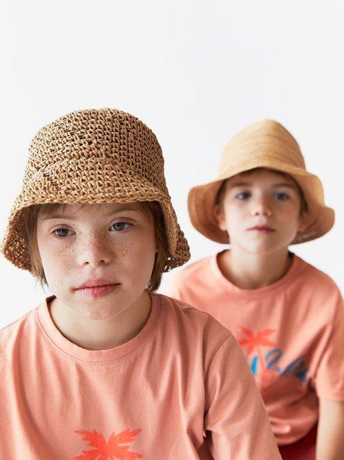 Patrick y Pedro con gorro de rafia y camiseta estampado de palmera de Zara Kids