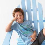 Pedro con una camiseta azul con detalle de letras y dibujo de la colección verano 2019 de Zara Kids