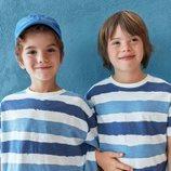 Patrick y Pedro con camiseta de listas azules de la colección verano 2019 de Zara Kids