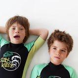 Patrick y Pedro con mono de surf estampado de la colección de verano 2019 de Zara Kids