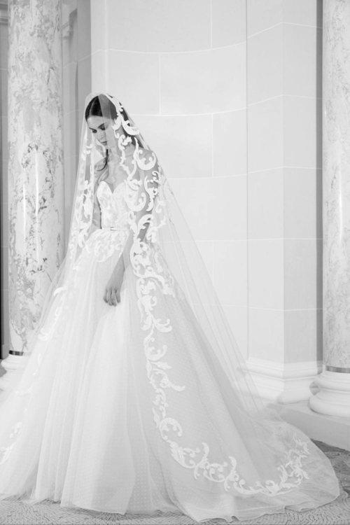 Vestido de escote corazón  de la colección nupcial otoño 2019 de Elie Saab