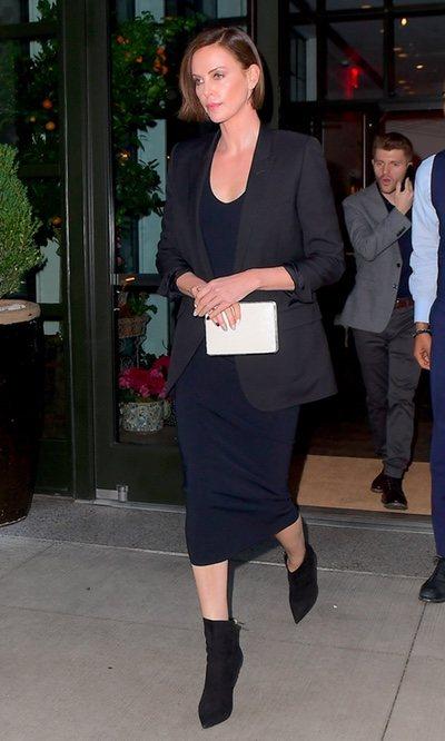 Charlize Theron sale de un hotel en Nueva York luciendo un look total black