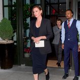 Charlize Theron sale de un hotel en Nueva York luciendo un look total black