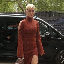 Katy Perry en Londres luce un vestido midi y sandalias diseñadas por ella