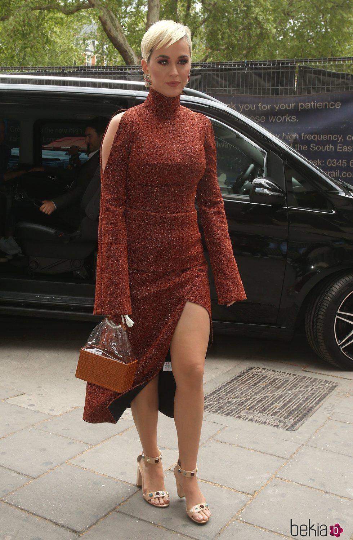 Katy Perry En Londres Luce Un Vestido Midi Y Sandalias