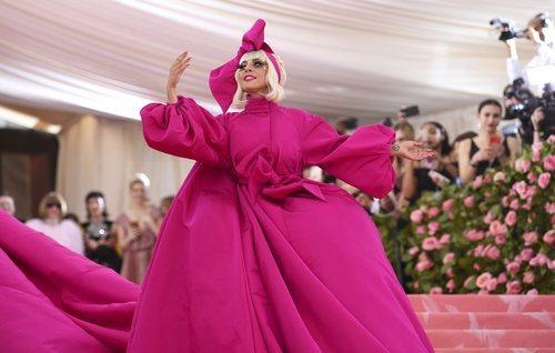 Lady Gaga con un vestido capa rosa en la alfombra roja de la Gala MET 2019