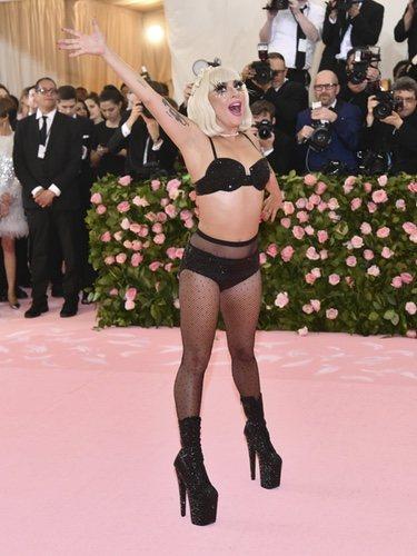Lady Gaga posando en ropa interior en la alfombra roja de la Gala MET 2019