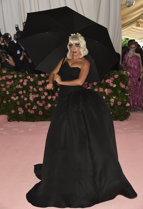 Lady Gaga en la alfombra roja de la Gala MET 2019 con un vestido negro de Brandon Maxwell