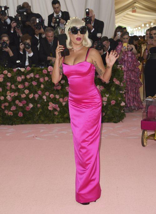 Lady Gaga con un vestido fucsia en la alfombra roja de la Gala MET 2019