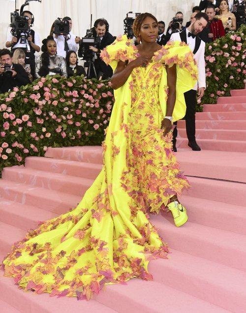 Serena Williams en la alfombra roja de la Gala MET 2019 con un vestido Versace