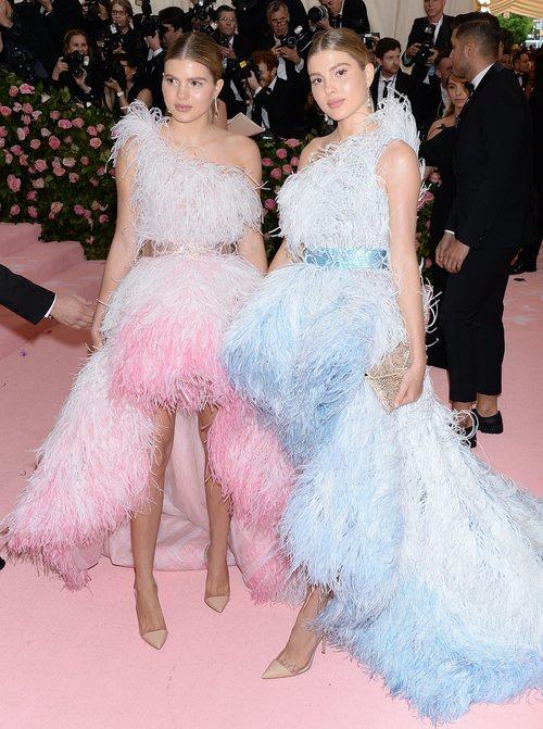 Victoria y Cristina, las hijas de Julio Iglesias, con vestidos de plumas en la Gala MET 2019