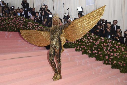Billy Porter con un mono dorado con grandes alas en la alfombra roja de la Gala MET 2019