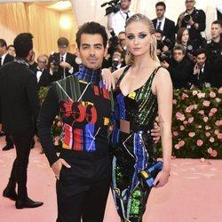 Joe Jonas y Sophie Turner con vestimenta colorida en la alfombra roja de la Gala MET 2019