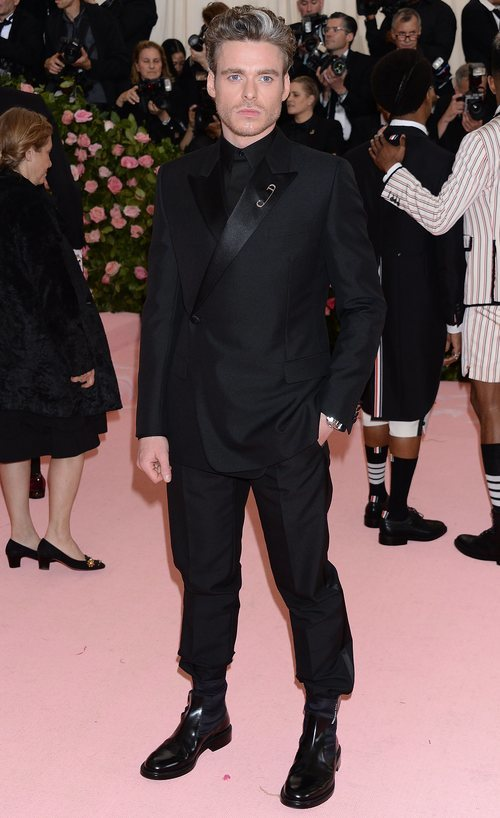 Richard Madden en la alfombra roja de la Gala MET 2019 con un total look negro