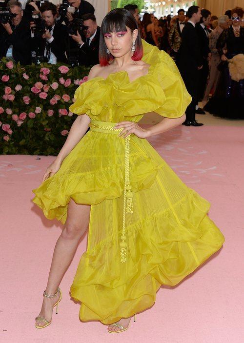 Charli XCX con un vestido de Jean Paul Gaultier en la alfombra roja de la Gala MET 2019