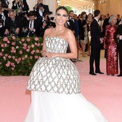 Sara Sampaio con un vestido blanco con brillantes en la alfombra roja de la Gala MET 2019