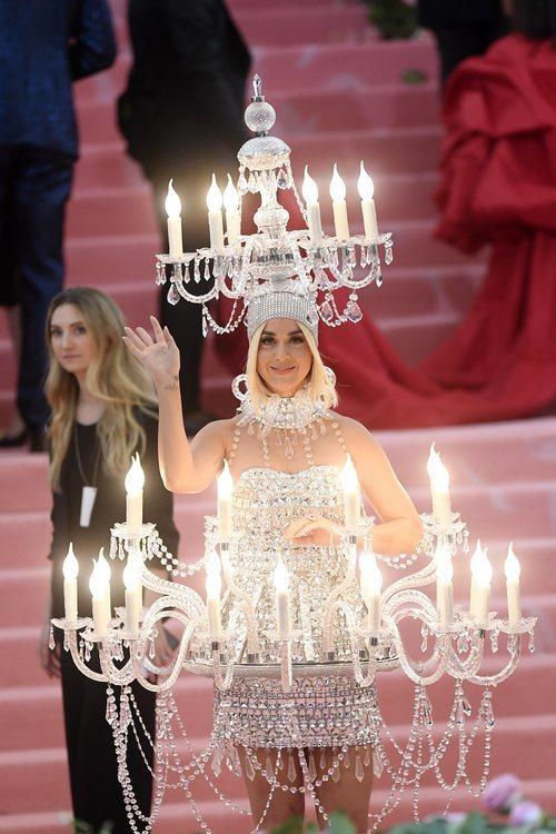 Katy Perry en la alfombra roja de la Gala MET 2019 vestida de candelabro