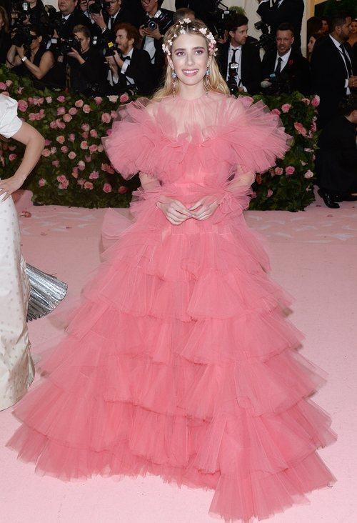 Emma Roberts vestida de Giambattista Valli en la alfombra roja de la Gala MET 2019