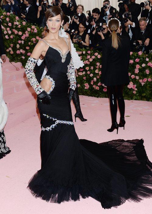 Bella Hadid vestida de Jeremy Scott en la alfombra roja de la Gala MET 2019