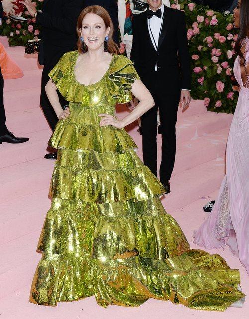Julianne Moore vestida de Valentino en la alfombra roja de la Gala MET 2019