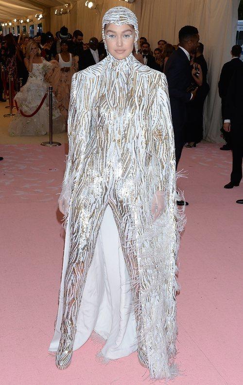 Gigi Hadid vestida de Michael Kors en la alfombra roja de la Gala MET 2019