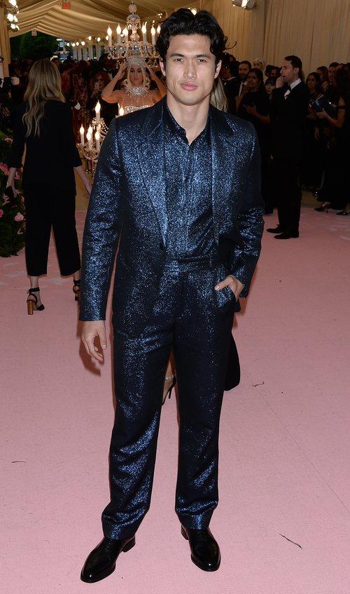 Charles Melton con un traje azul brillante en la alfombra roja de la Gala MET 2019