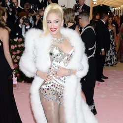 Gwen Stefani vestida de Jeremy Scott en la alfombra roja de la Gala MET 2019