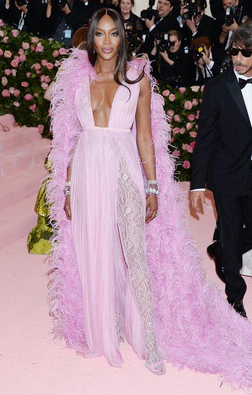 Naomi Campbell de Valentino en la alfombra roja de la Gala MET 2019