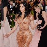Kim Kardashian vestida de Mugler en la alfombra roja de la Gala MET 2019