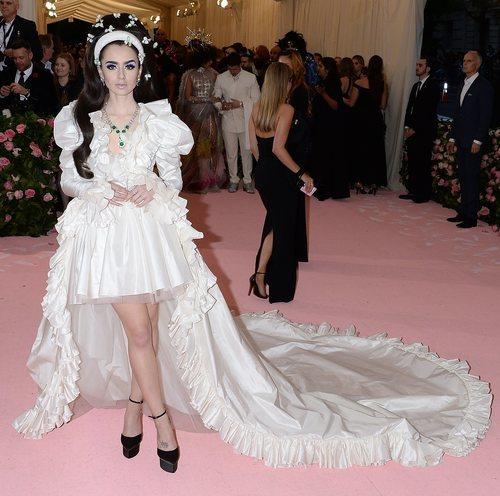 Lily Collins vestida de Giambattista Valli en la alfombra roja de la Gala MET 2019