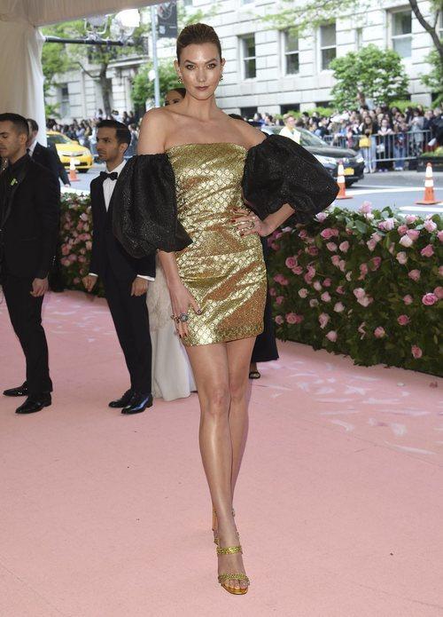 Karlie Kloss vestida de Harlem Dapper Dan en la alfombra roja de la Gala MET 2019