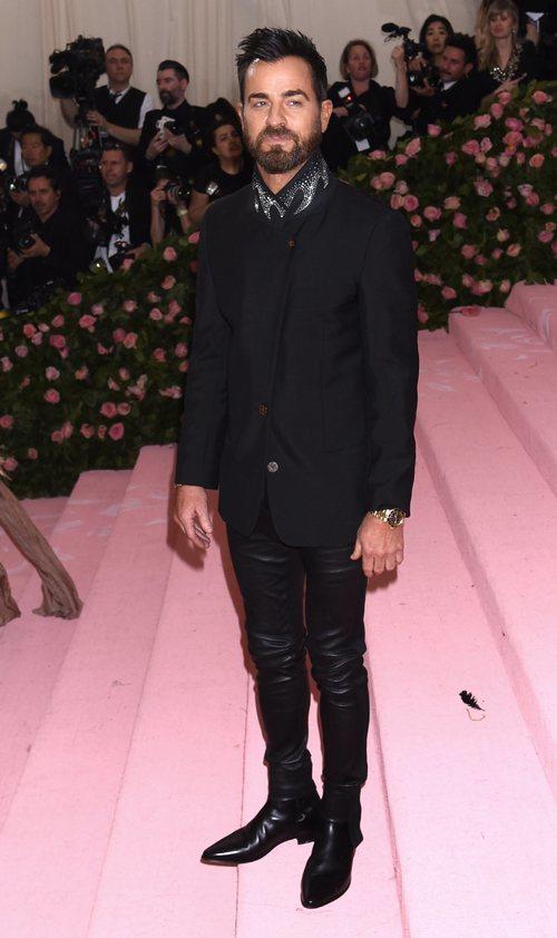 Justin Theroux en un total black en la alfombra roja de la Gala MET 2019