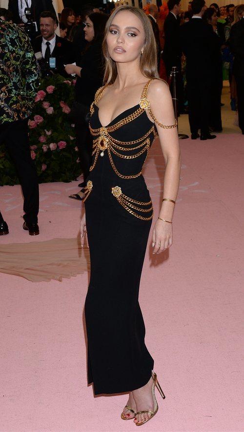 Lily Rose Depp vestida de Chanel en la alfombra roja de la Gala MET 2019