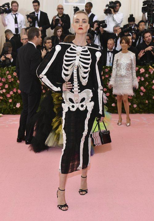 Caroline Trentini con un vestido negro con un esqueleto en la alfombra roja de la Gala MET 2019