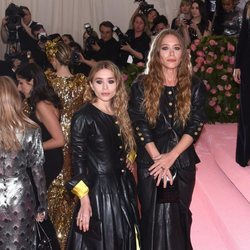 Mary Kate Olsen y Ashley Olsen con un total black en la alfombra roja de la Gala MET 2019
