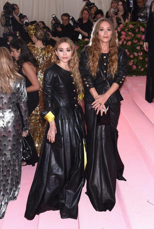 Mary Kate Olsen y Ashley Olsen con un total black en la alfombra roja de la Gala MET 2019