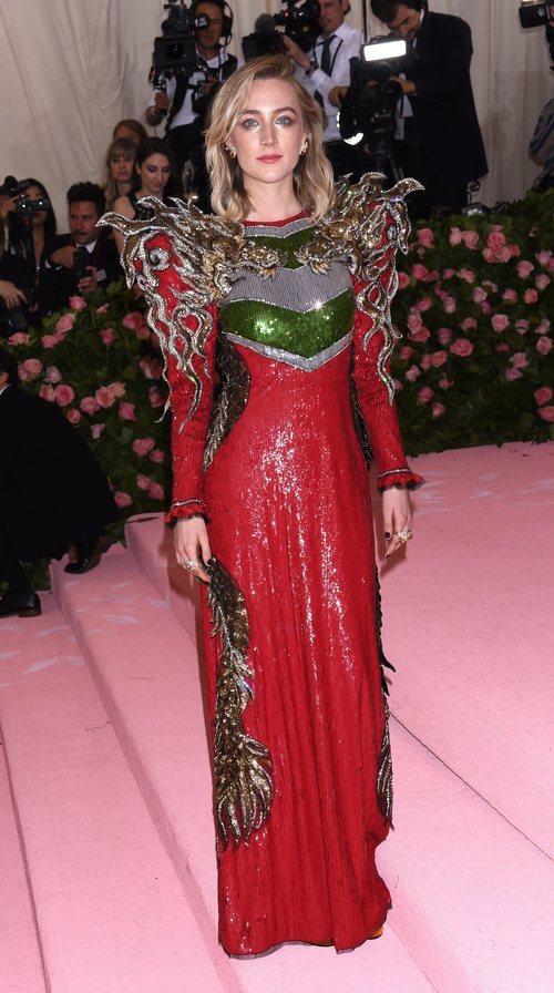 Saoirse Ronan con un vestido de Gucci en la alfombra roja de la Gala MET 2019