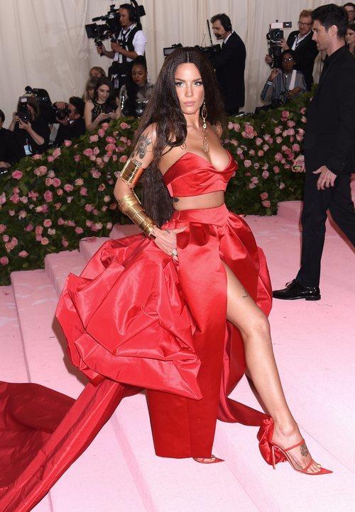 Halsey con un vestido de Prabal Gurung en la alfombra roja de la Gala MET 2019