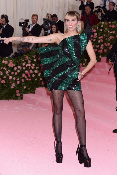 Miley Cyrus vestida de Yves Saint Laurent en la alfombra roja de la Gala MET 2019