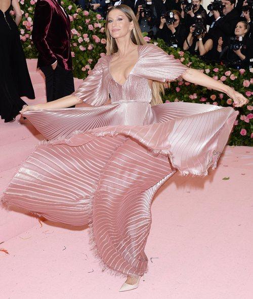 Gisele Bundchen vestida de Dior en la alfombra roja de la Gala MET 2019