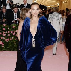 Irina Shayk vestida de Burberry en la alfombra roja de la Gala MET 2019