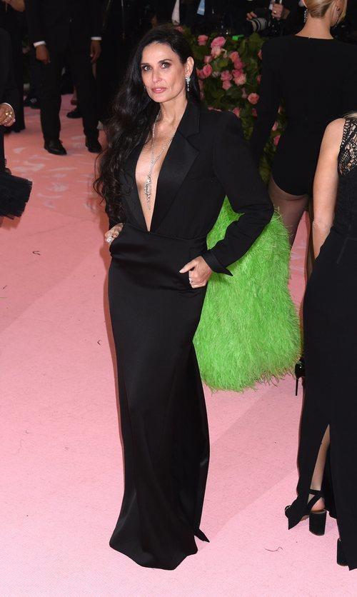 Demi Moore con un vestido de Yves Saint Laurent en la alfombra roja de la Gala MET 2019