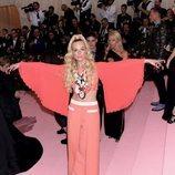 Elle Fanning con un look de Miu Miu en la alfombra roja de la Gala MET 2019