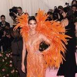 Kendall Jenner con un vestido de Versace en la alfombra roja de la Gala MET 2019