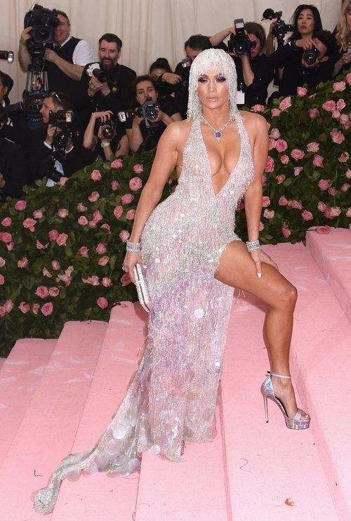 Jennifer Lopez con un vestido de Versace en la alfombra roja de la Gala MET 2019