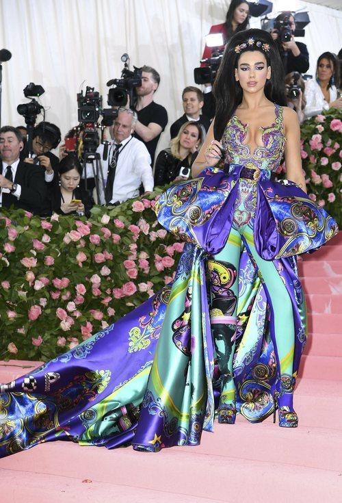Dua Lipa con un vestido de Versace en la alfombra roja de la Gala MET 2019