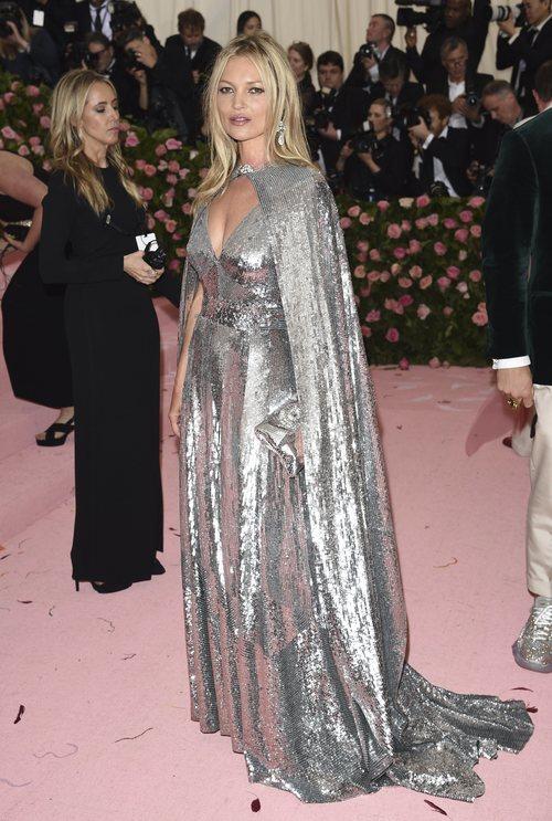 Kate Moss con un vestido de Michael Kors en la alfombra roja de la Gala MET 2019